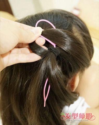 编辫子 儿童娃娃头怎么扎小辫  方法1:中长的卷发梳通之后,在头发的图片