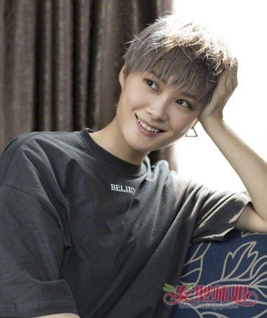 李宇春成了行走的画报 李宇春夏季短发发型来袭图片