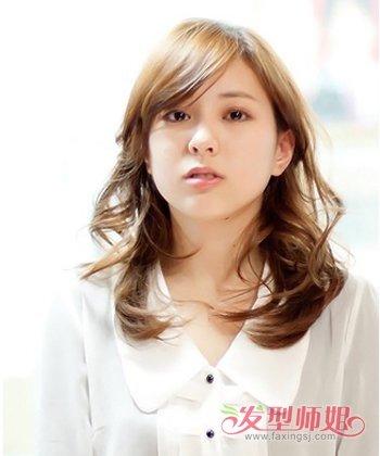 适合年轻女孩的一款中长发发型,这款中长发采用的是渐进色的 染发图片
