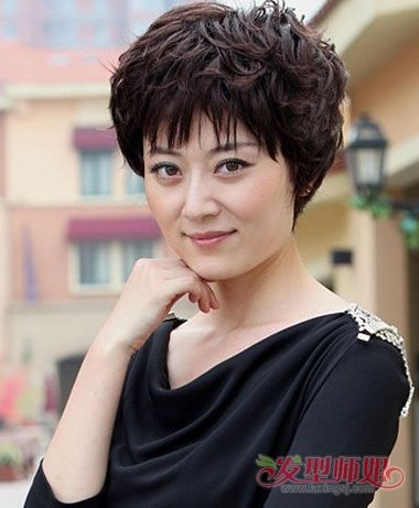 空气般的 刘海发型,拥有着40岁圆脸女人的优雅时尚风,微卷的头发是向图片