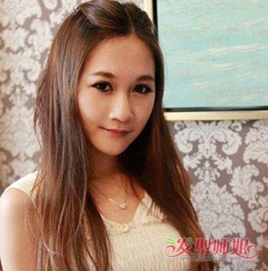 女生长发中分扎刘海的发型,将鬓角的头发顺着头型向后梳,扎发发型并不图片