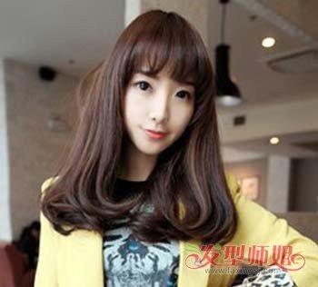 长脸的女孩可以尝试这款 梨花头发型,这款平齐刘海做了空气烫的设计图片