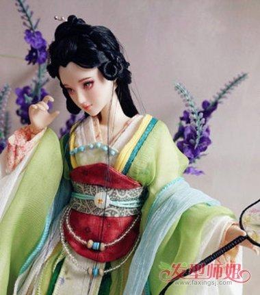 芭比娃娃的后梳公主头发型,将耳尖的头发顺着头型向后一些,用发丝扭转图片