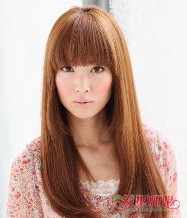 女生齐刘海内扣中长发发型,圆脸型女生梳头发的时候,将鬓角的头发做成