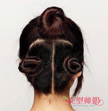 把头发盘的很高的盘发器 中年女性用盘发器盘头发的步骤图片