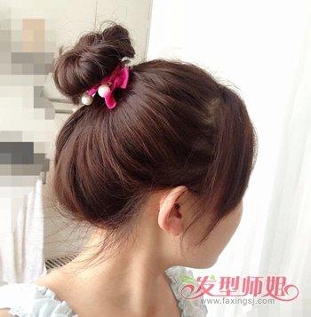 扎解暑丸子头发型的时候,不要将头发梳理的太服帖了,将长发蓬松的聚集图片