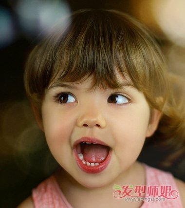 活泼烂漫的小女孩有着一张稚嫩小圆脸,很漂亮哟,不多的短发修剪成了图片