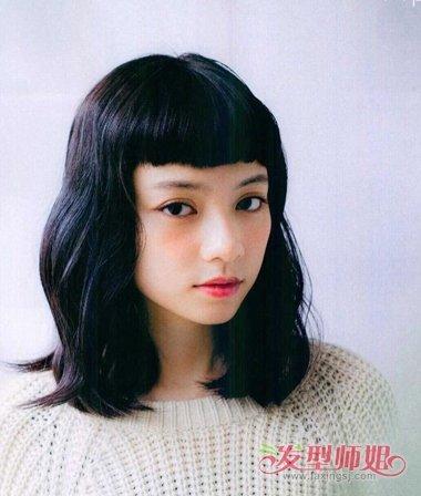 女生齐刘海齐肩发烫卷发发型图片