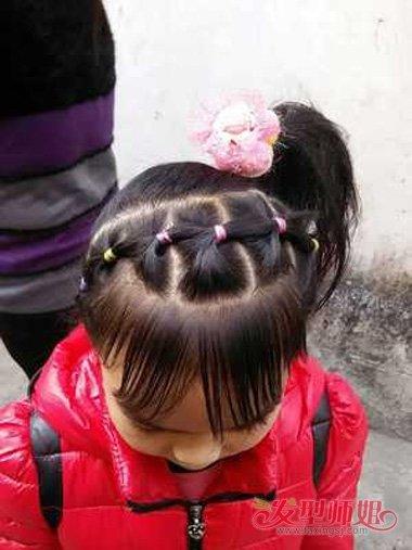 图解3:前面的头发梳编起 马尾辫,后面的头发是梳编起来造型,中长的图片