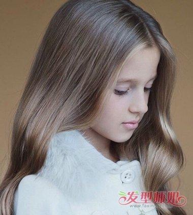 儿童中分的波浪卷发型,要将肩头上的发丝梳的略微向后一些,中长发发型图片
