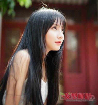 aainforest 分享到  额头有点高的校园女学生留着一头乌黑齐腰长发,丰图片