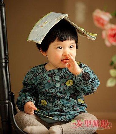 稍微短一些的 直发曲线,儿童齐刘海后梳短发发型,将鬓角的头发稍微梳图片