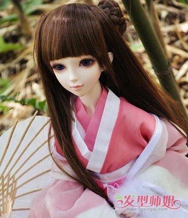 芭比娃娃的公主头发型,要将贴着发际线的头发梳成长长的 直发,发饰要图片