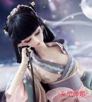 梳在额头最上边,芭比娃娃的齐刘海古装公主头发型,两侧的头发要稍微向图片