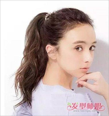 分享到  满头烫的女生造型,直接扎出了高高的马尾辫子,多层次感的头发图片