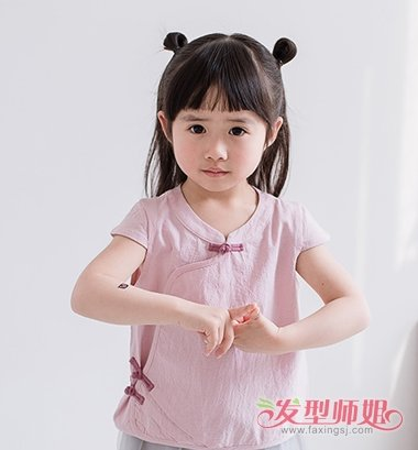 穿唐装的时候妈妈可以将小女孩的头发扎成半丸子头发型,中分开来的