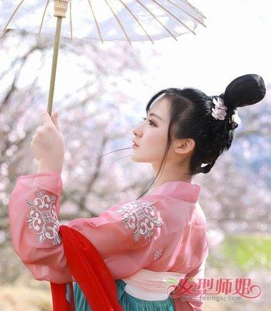 女生斜刘海扎立体古风盘发发型,将黑色的头发发根用密齿梳用发油梳图片