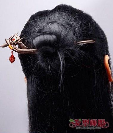 在女生 梳头发的时候,展现着动人的闪光魅力,如何处理女生古典发簪与图片
