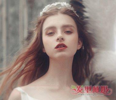 飘逸柔软的中分长发微微烫卷,弄出蓬松效果,这样女生的头发自然看起来图片