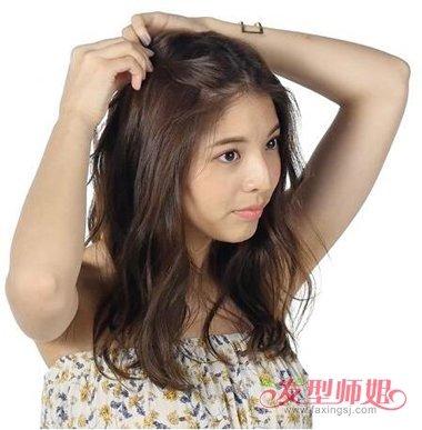 而且还有详细韩式 长发发型扎法步骤呢,这样中学女生就能很快的学会这