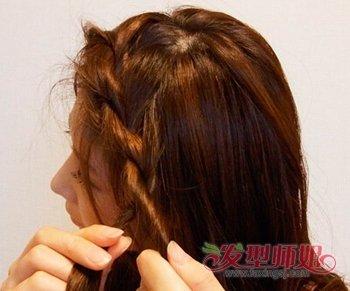 简单韩式编发图片  第一步:女生的头发比较多,编辫子之前先用梳子将图片