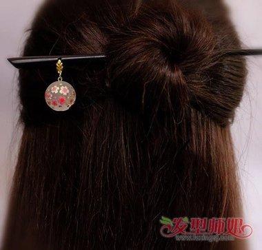 也有梳短头发的,不过在处理女生的发型的时候,选择一个漂亮得发簪,为图片