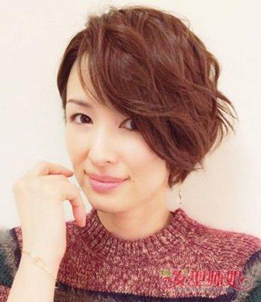 jane 分享到  一九分的头发梳成漂亮的卷发,中短发的沙宣头发型,一改图片