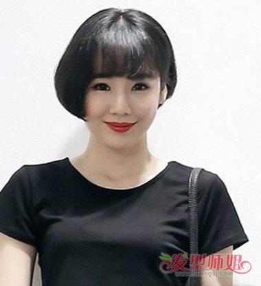 发尾的头发则是内扣的大卷烫发,黑色的 短发烫发发型,沙宣发型也个性.
