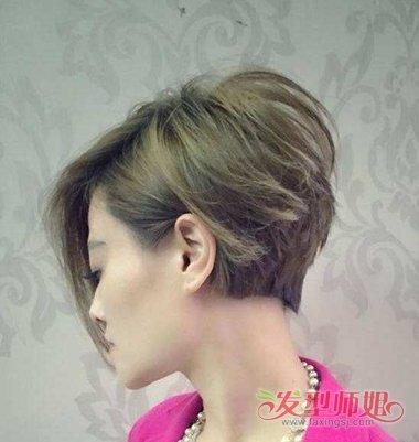 将发际线的头发顺着头型梳到脸颊侧边,中 短发的沙宣发型,后脑的头发图片