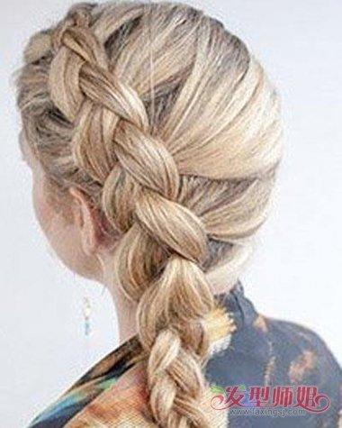 将头发环绕着头型做成侧边的 编发,女生反向蝎子辫发型,将头发做成了图片