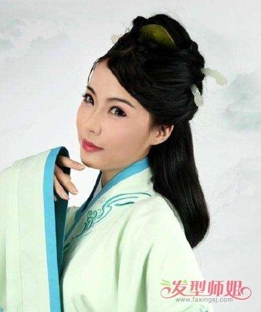 女生古装汉服盘发发型,将鬓角的头发全部向上梳,盘发发型被拢到了发顶