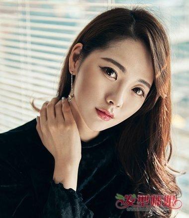2018韩国女生流行梳发发型  今年秋冬季,韩国女生喜欢上了过肩中长发图片