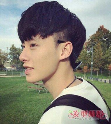 男生发型两边后面剃了,上面是一种短毛寸的感觉,那是什么发型图片