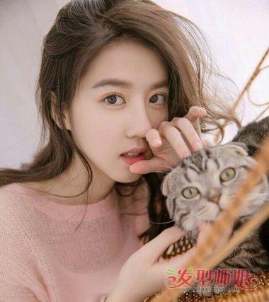 小圆脸初中女生就不要梳 刘海发型了,将一头长直拉直,做成这款时尚显图片