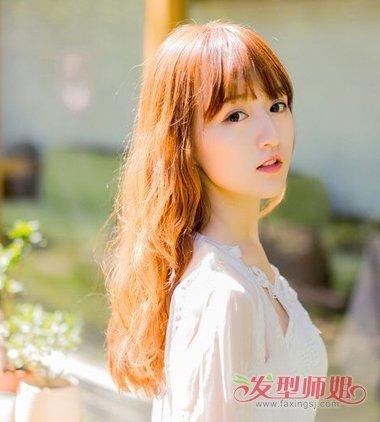 圆脸型的造型修饰,齐刘海的中长发 卷发发型,额头上的发丝有着齐平的图片