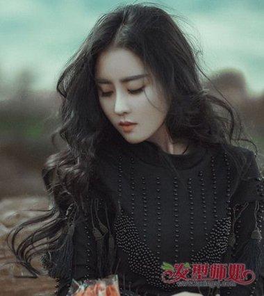 女生中分水波卷发型图片