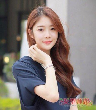 偏分水波纹烫卷发的发型,是具有韩版女生梳发风格的发型,将头发做成图片