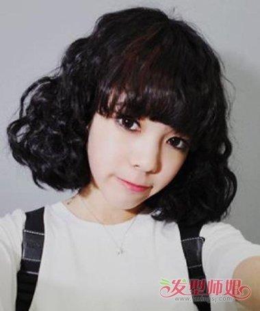 长脸的小女生可以尝试这款沙宣中短发发型,平齐的刘海凸显明亮的大图片