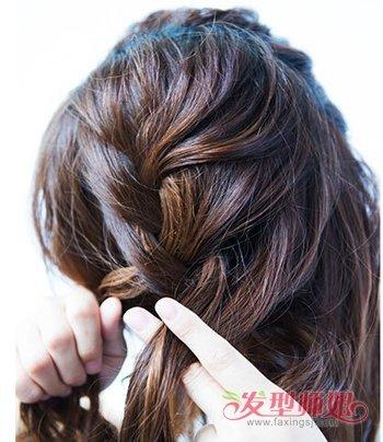 分成均等三股,开始往下编织蜈蚣辫,将左半边的头发都编进蜈蚣辫之后