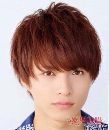 在给男生梳合适发型的时候,倾斜刘海短发碎发发型,特意将刘海剪的柔软图片