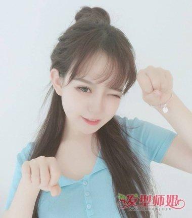 这款女生二次元烫 卷发的发型,额头上的刘海是内扣的曲线,脸颊两侧的图片