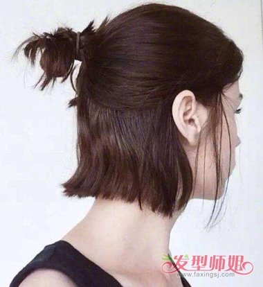 短 直发的女生扎起来的丸子头发型,将鬓角的头发顺着头型向后拢,固定图片