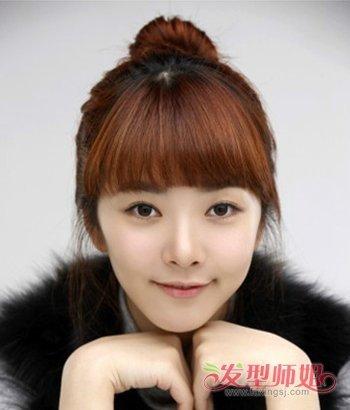 清纯的瘦长脸女生们冬季梳盘发发型的时候,齐刘海就不要向上梳理了图片