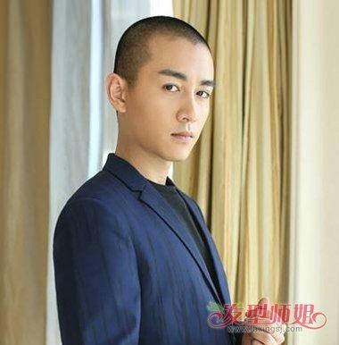 还是将头发全部剃掉吧,接近于光头的板寸短发让男生帅气小脸直接露图片