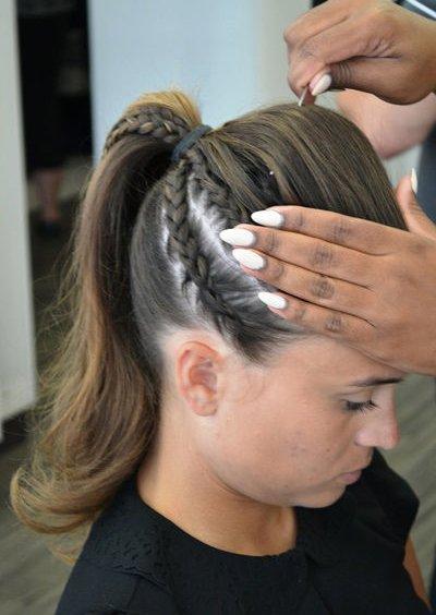 蝎子辫编发,将所有的发丝汇合到一起做成高马尾辫,马尾辫的根部有发丝图片