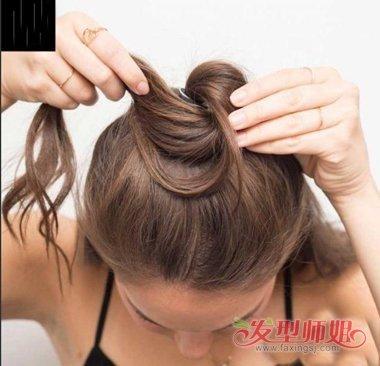 发型diy 丸子头 >> 长发半丸子头扎法 什么脸型适合丸子头  扎法1图片