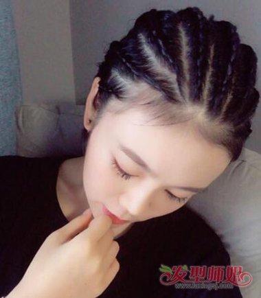 将发顶上的头发顺着头型梳到后侧,地垄沟编发发型在后脑上用小辫子来图片