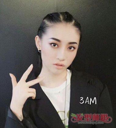 女生无刘海后梳短发编脏辫的发型,分了五个区域的辫子,分别向后编起来图片