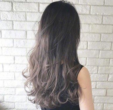 长直发女生今年梳卷发发型,不要将头发弄得太服帖精致了,从肩部位置图片