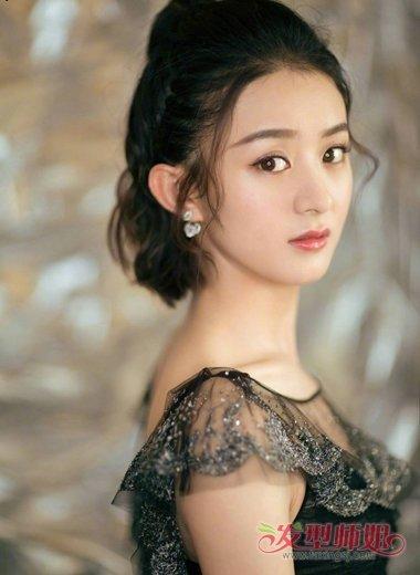 呈现出了赵丽颖的婉约文静,锁骨发更是修饰出了潮流,直接把一边的头发图片